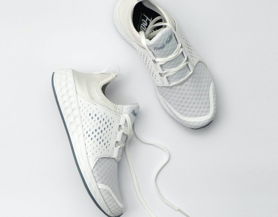 membersihkan sepatu putih